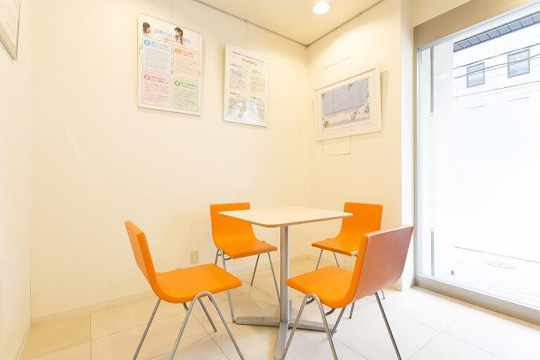 待合室(テーブル席)